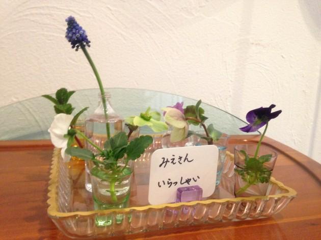 玄関にはメッセージ付きのお花。感激です!