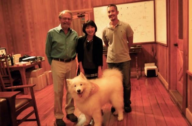 最高醸造責任者Paul DRAPERさんとワインメーカーSHUN ISHIKUBOさんとカメラ目線バッチリのPaulさんの愛犬(笑)