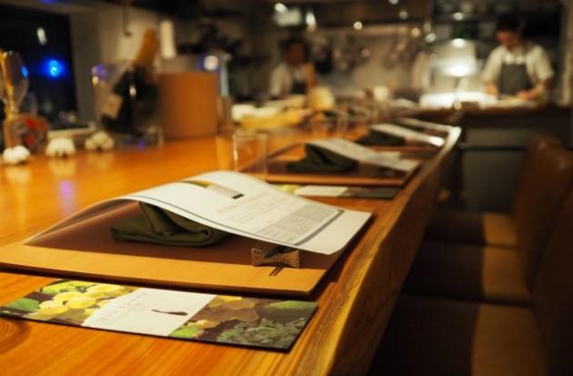カウンター席とテーブル席合わせて20席の店内。この日は定員オーバーの26席でした。
